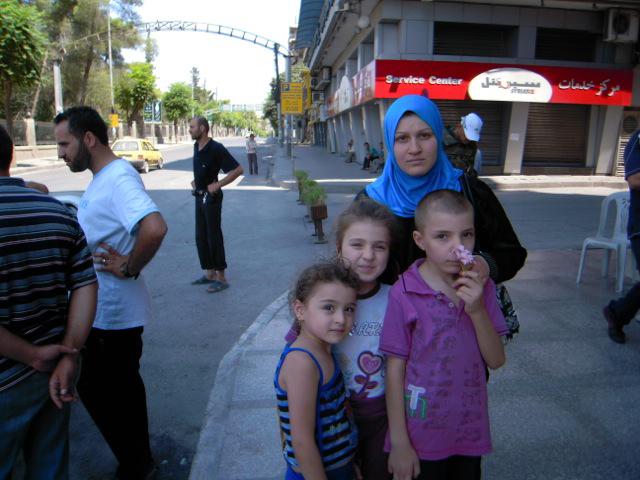 Aleppo una famiglia a piazza Saadallah al Jabri 9 agosto 2012